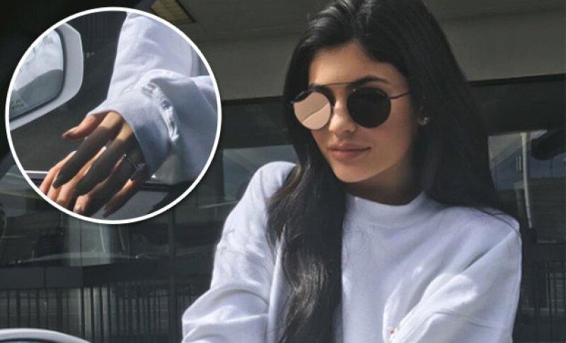 Lo que despertó rumores es el dedo y mano en la que Kylie presume el anillo.