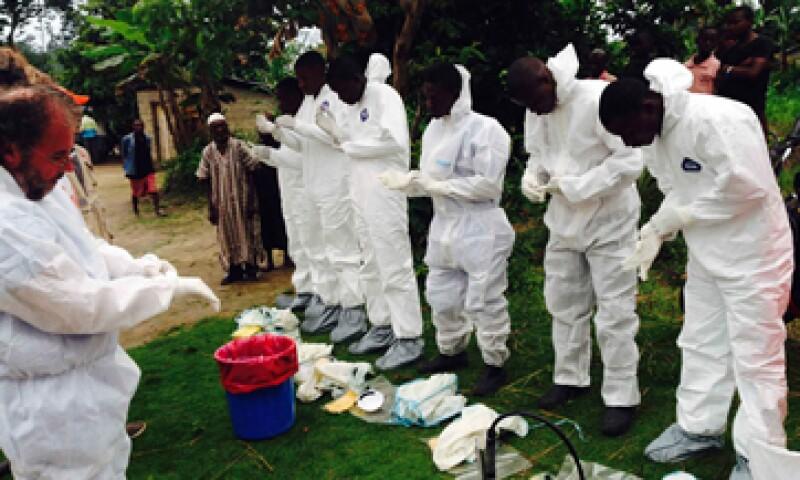 Un grupo de voluntarios se prepara para levantar los cuerpos que presuntamente fueron infectados por el ébola. (Foto: Reuters)
