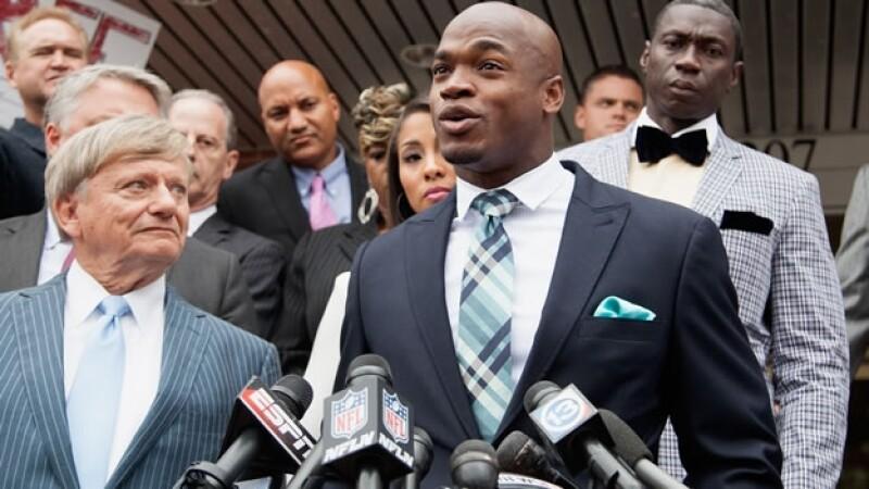La estrella de la NFL Adrian Peterson al salir de una Corte en Texas, tras ser acusado de golpear a su hijo, menor de edad