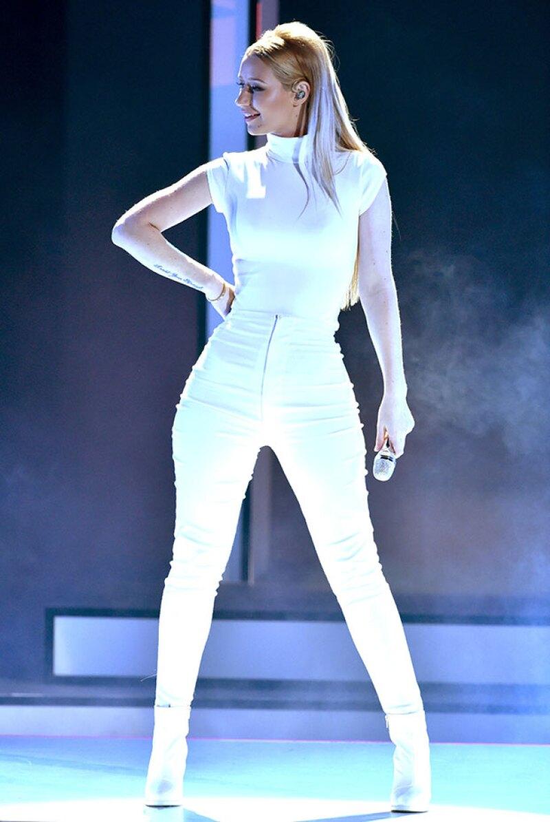 A pesar de no mostrar ni un centímetro de piel, la rapera dejó ver sus famosas curvas en un outfit entalladísimo, durante su presentación en la entrega de premios.