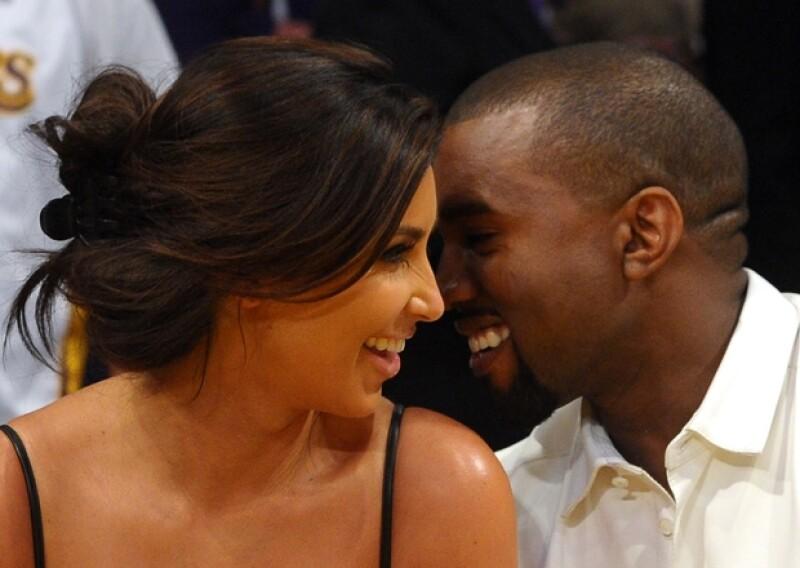 Kim K no pudo viajar a Nueva York para festejar el cumpleaños de su novio, ya que su desarrollado embarazo ya no le permite subir a aviones.
