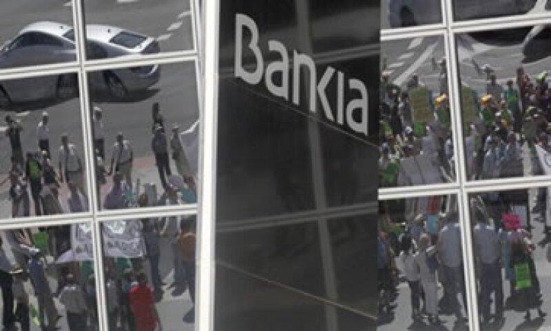De acuerdo con consultoras independientes, las necesidades de recapitalización para la banca española serán de hasta 62,000 mde. (Foto: Reuters)