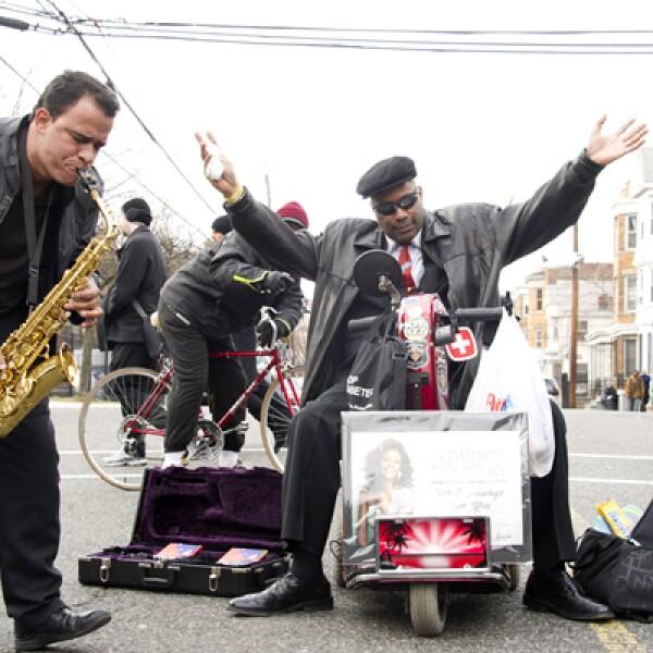 """El saxofonista Leriandre Silva, originario de Brasil y residente en Boston, ejecutó """"I Will Always Love You"""" en plena calle."""