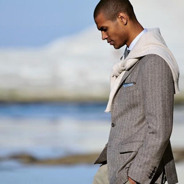 Puedes hacer una combinación con un traje formal y un sweater que sin duda te dará elegancia,