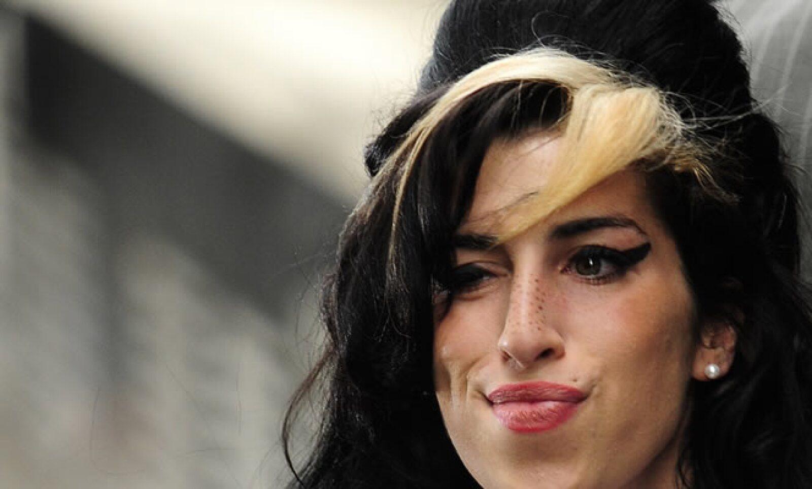 Los amigos y la familia de Winehouse habían advertido que el estilo de vida de la cantante, que entró y salió de rehabilitación y afectó su carrera artística, podrían llevarla al abismo.