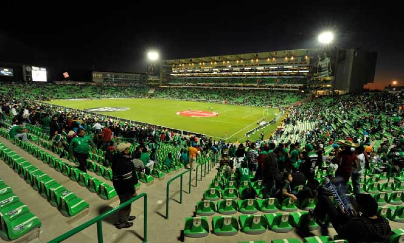 Como elemento innovador en México, el estadio lagunero rompe con la tradición de las barreras físicas entre aficionados y futbolistas, y favorece los espacios abiertos en donde se une la gradería con la cancha.