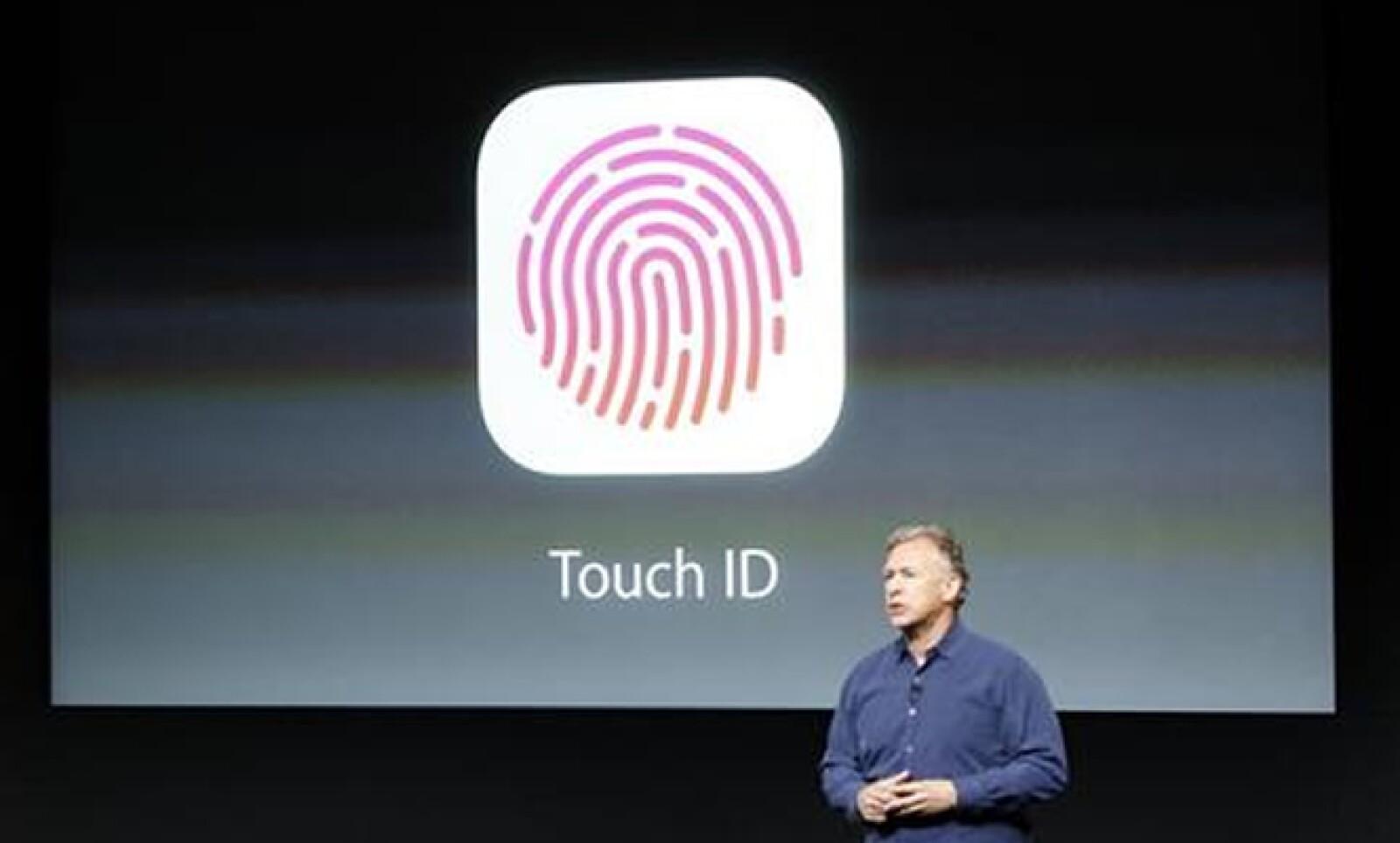 Apple también presentó su modelo de gama alta, el 5S, un dispositivo que tendrá reconocimiento de huella dactilar (Touch ID). El vicepresidente de marketing, Philip Schiller, muestra esta función.