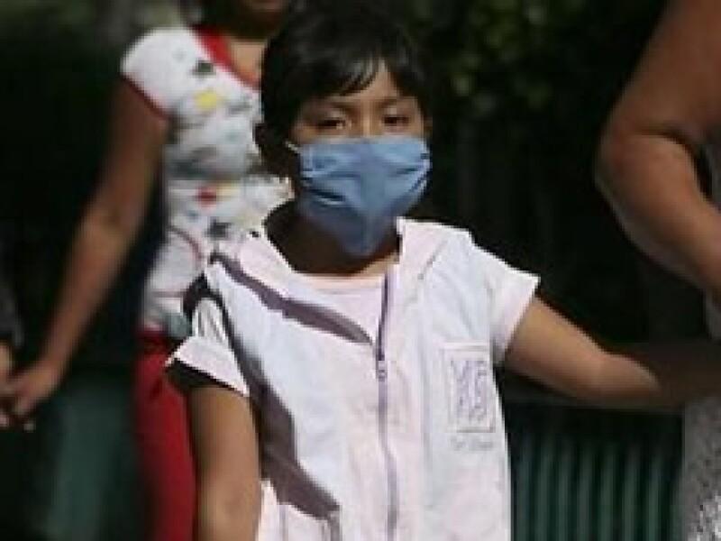 Los mexicanos recurren al uso de cubrebocas para evitar el contagio de la influenza. (Foto: Reuters)