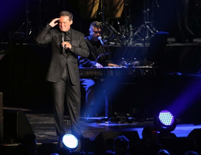 """""""Es un placer celebrar con ustedes 30 años en la música. También hay que felicitar a esta obra, la Arena Ciudad de México, un gran aplauso"""", expresó el cantante."""