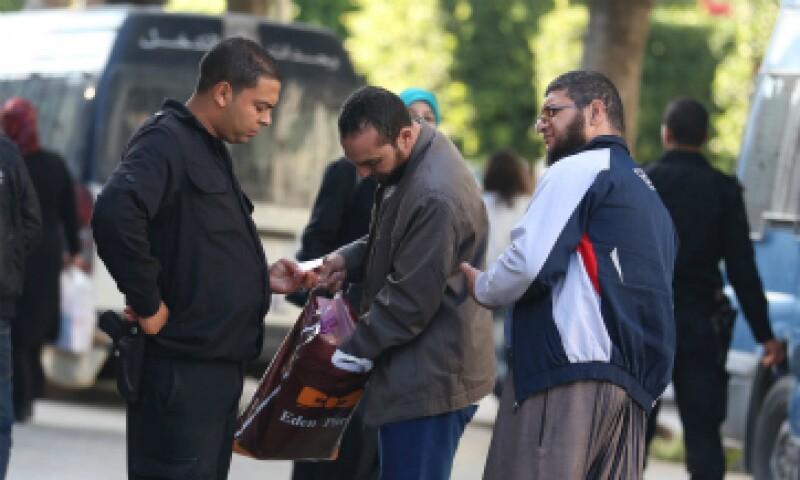 La policía de Túnez realiza revisiones a transeúntes tras atentado. (Foto: Reuters)