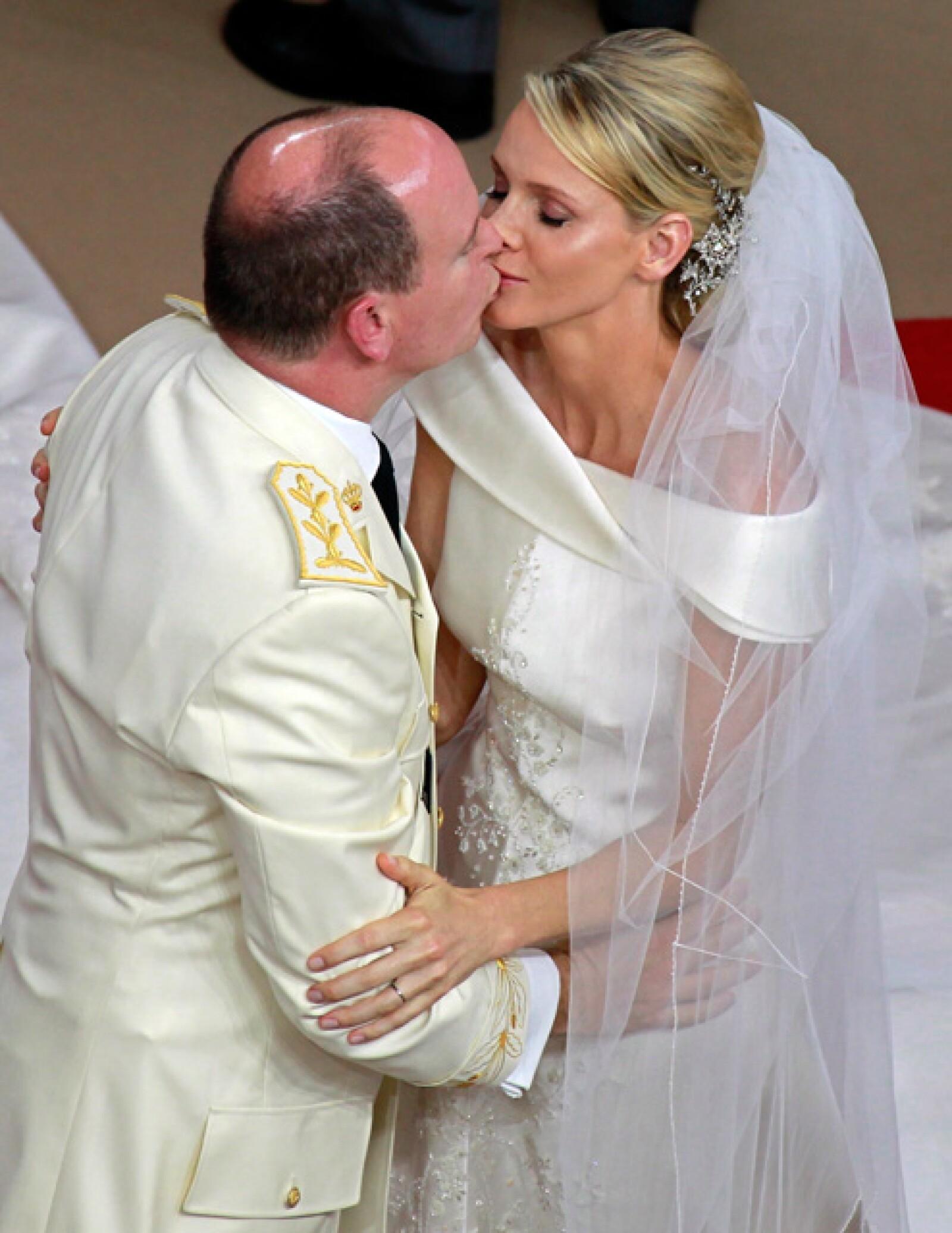El sello de su matrimonio, el beso en la capilla.