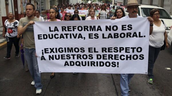 Maestros jubilados y activos de Veracruz se unieron a las protestas en contra de la reforma educativa.