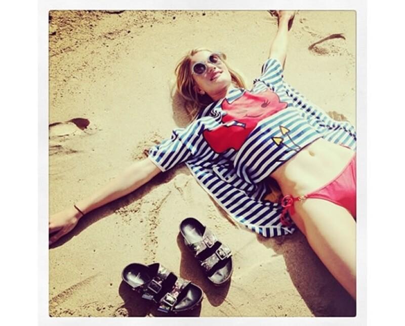 La modelo compartió en su cuenta de Instagram una foto disfrutando de la playa a lado de sus Birkenstock.