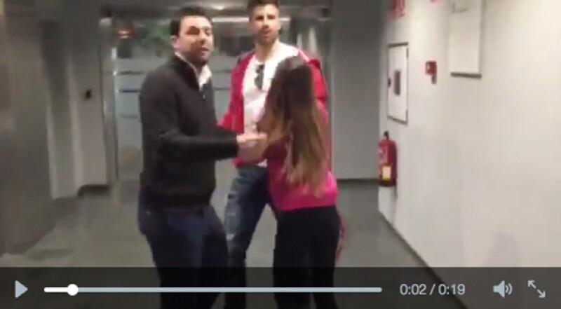 El futbolista español estaba periscopeando cuando una emocionada fan corrió hacia él al verlo, impidiéndole que siguiera grabando.