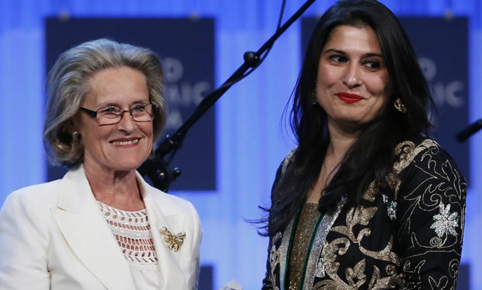 La periodista y cineasta Sharmeen Obaid-Chinoy (d) de Pakistán recibió el Premio Crystal de por parte de Hilde Schwab, presidenta y cofundadora de la Fundación Schwab para el Emprendimiento Social.