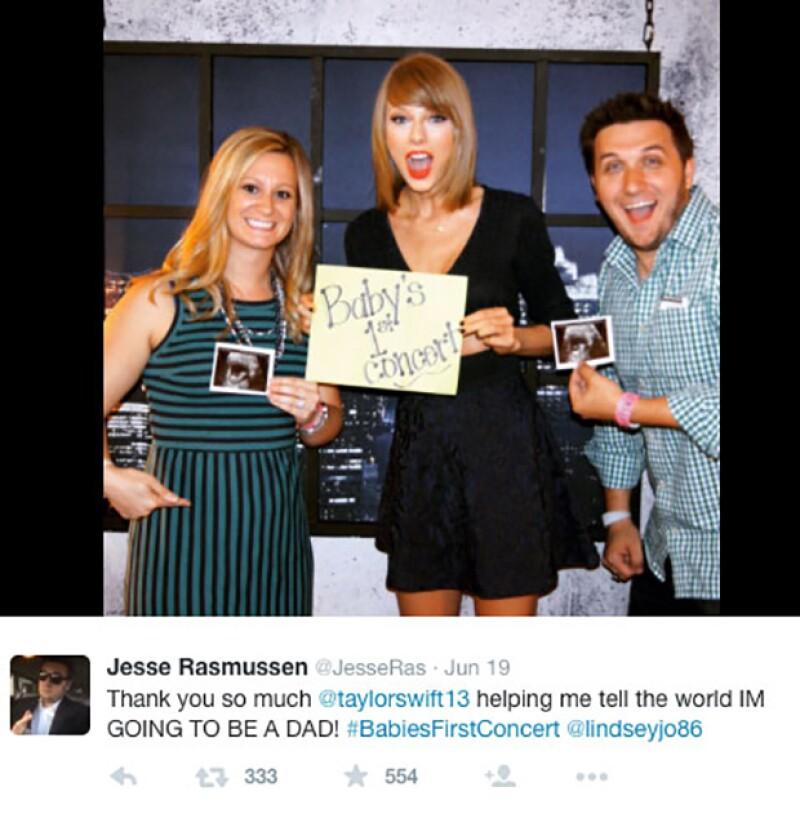 La cantante posó junto a una pareja anunciando su embarazo.