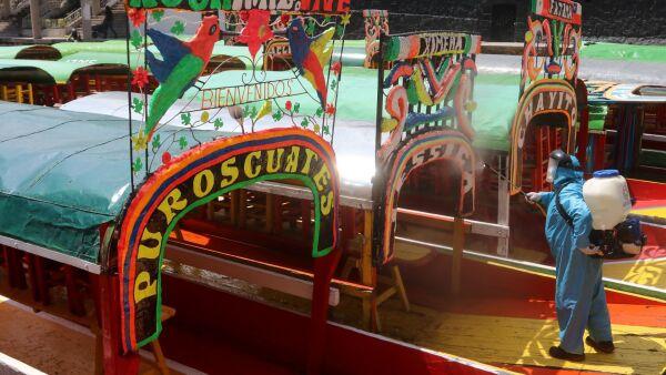 Trabajadores de la alcaldía Xochimilco desinfectaron las trajineras del Embarcadero Nativitas debido a la  reapertura para el público el próximo 21 de agosto