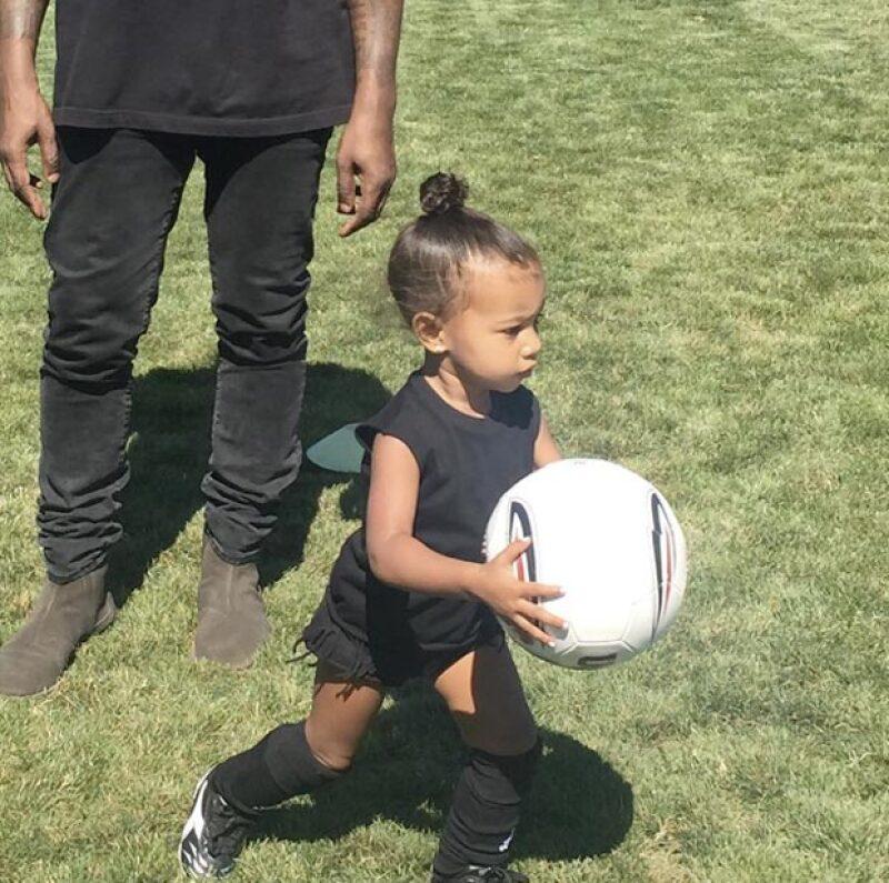 Las actividades delicadas ya no van con ella, por lo que Kim Kardashian muestra en Instagram las habilidades de North West en la cancha.