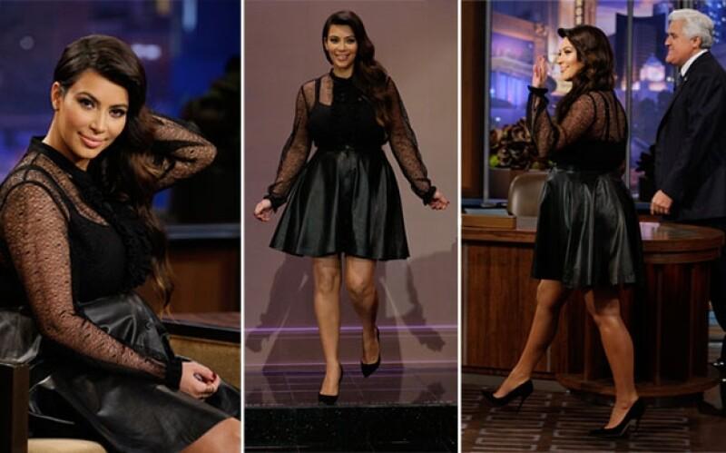 La socialité y empresaria eligió un atuendo de color negro que incluía tacones, falda en A y una blusa de encaje del mismo color.