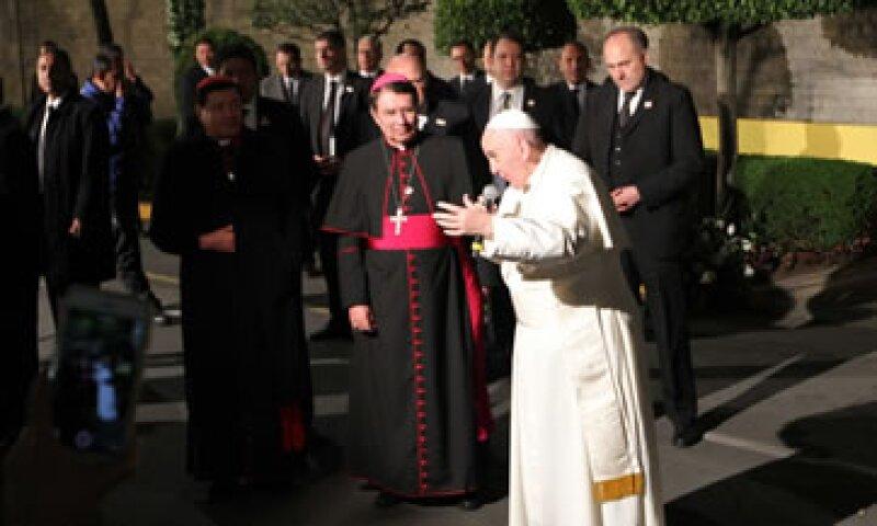 El jerarca católico salió a dar un mensaje a las personas que lo esperaron afuera de la Nuncia Apostólica. (Foto: Notimex )