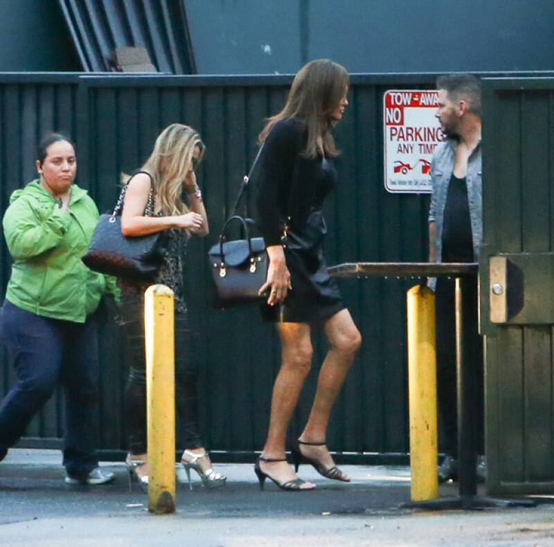 La ex pareja de Kris Jenner fue captada con sus amigas transgénero en The Abbey, donde lució un little black dress.