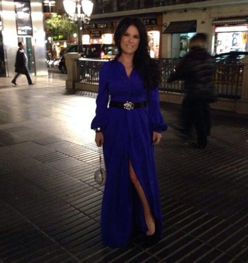 Martha optó por un vestido azul metálico con apertura en la pierna.