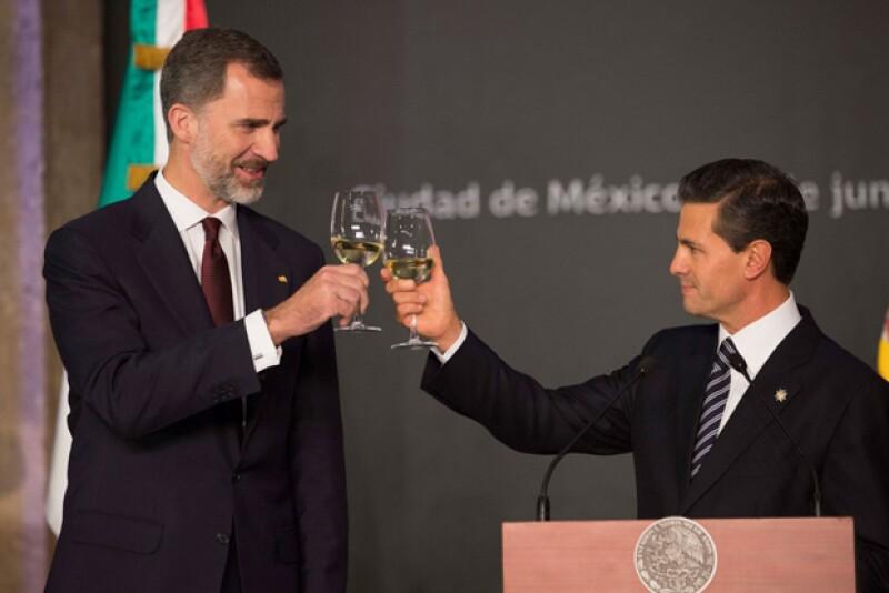 Felipe VI y Enrique Peña Nieto brindaron por una ilimitada relación entre México y España.
