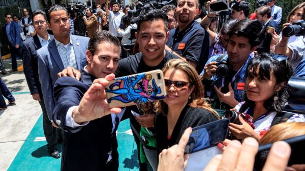Enrique Peña Nieto de presidente a fotógrafo.jpg