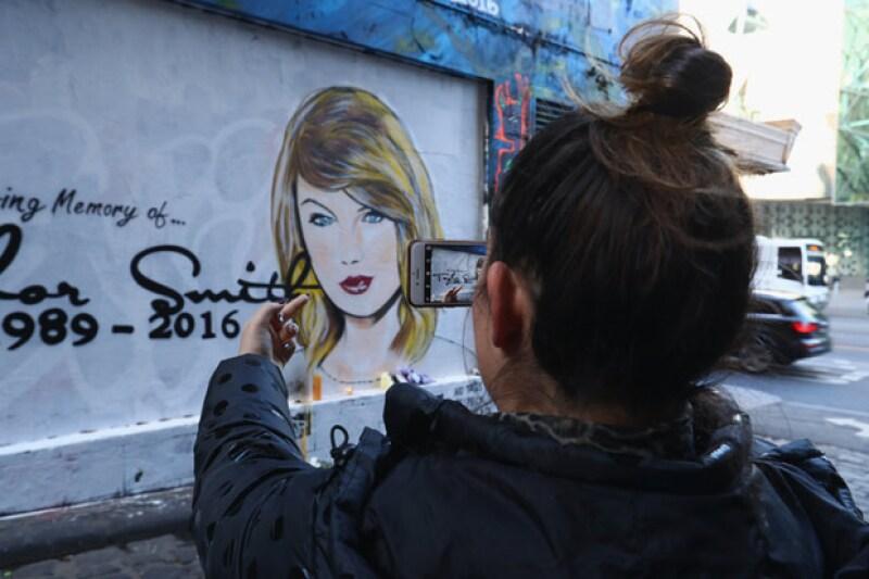 Muchos ya han ido al mural a mostrar su sentir en contra de Taylor.