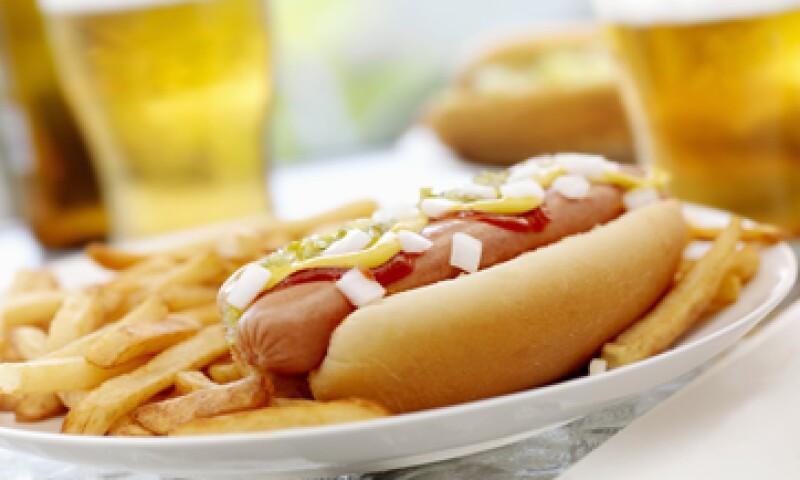 El precio de los refrigerios clásicos del béisbol como los hotdogs y la cerveza pueden variar ampliamente dependiendo del estadio. (Foto: Getty Images)