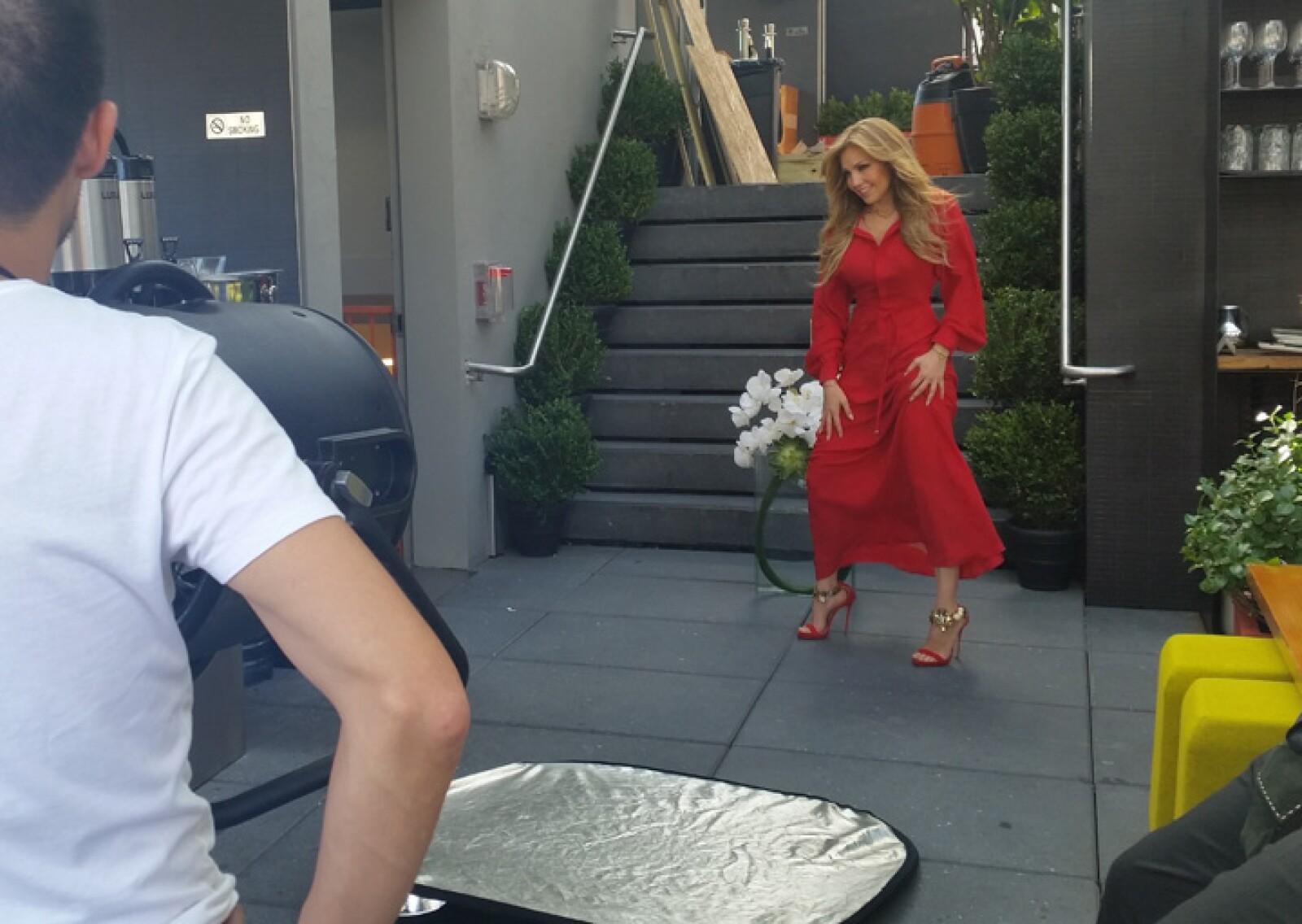 En un vestido y zapatos de DSQUARED2, con accesorios de Jessica de Carlo y flores de Ovando-NY.