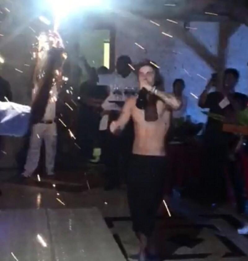 Al cantante se le vio muy divertido bailando y tomando de una botella de champagne.