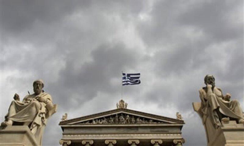 Fitch dijo que la reducción en las tasas de interés que Grecia paga sobre su deuda le da una oportunidad de recuperar su solvencia. (Foto: AP)