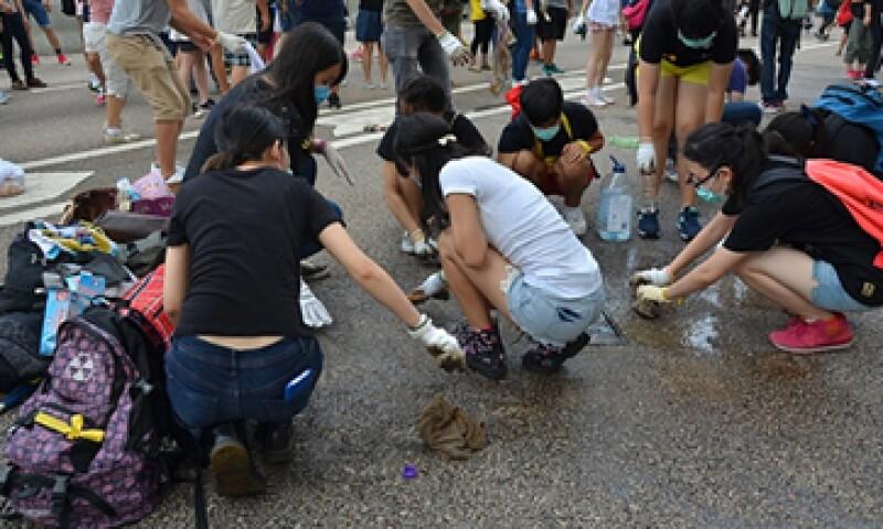 Los manifestantes han organizado brigadas de reciclaje y limpieza en las calles. (Foto: Getty Images)
