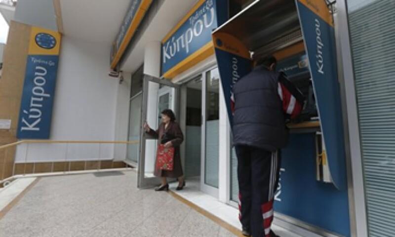 El rescate bancario que realiza Chipre ha desatado la furia de miles de personas que se manifestaron contra la medida. (Foto: Reuters)