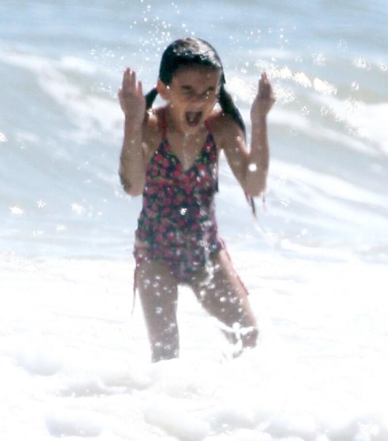 Suri no le temió al mar y decidió meterse unos cuantos pasos para chapotear en el agua.
