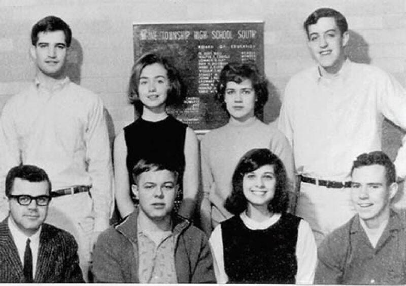 Hillary junto a compañeros de clase.