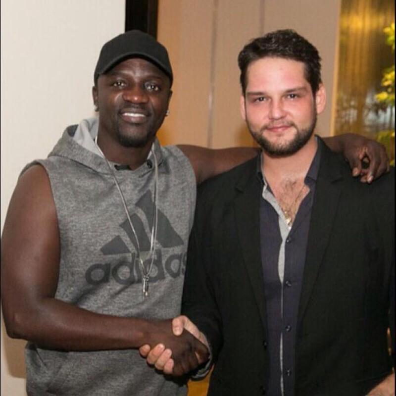 Akon cerrando el trato con el emprendedor mexicano Alesh Ancira.