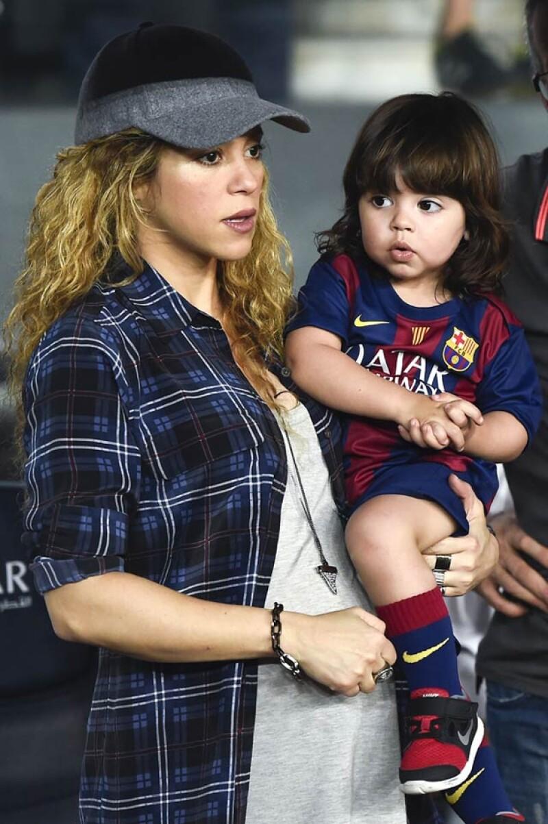 La cantante inculca a su hijo tanto el gusto por el futbol como por la música.