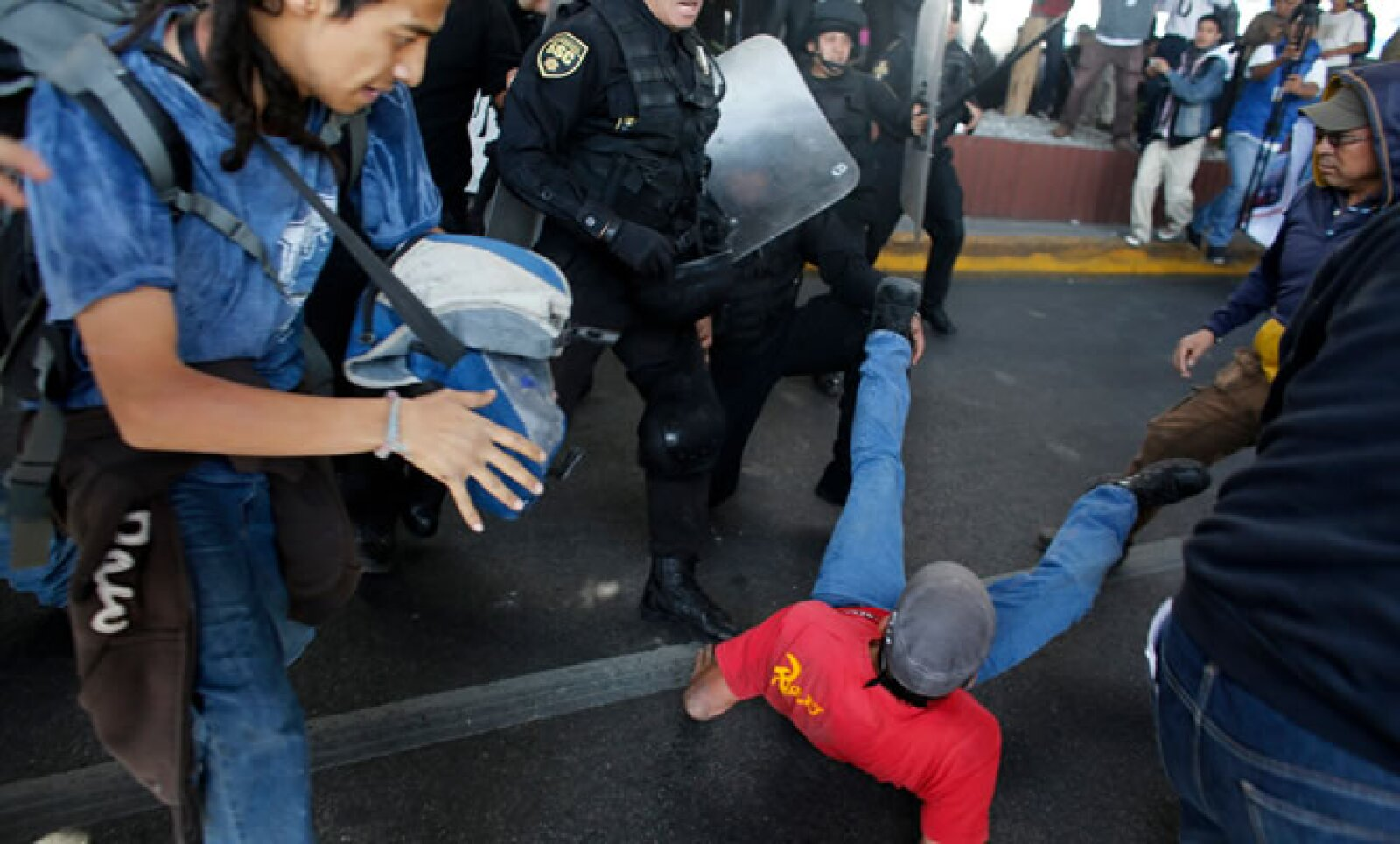 Ha habido algunos disturbios entre protestantes y policías federales en el Centro Histórico de la capital del Estado de México.