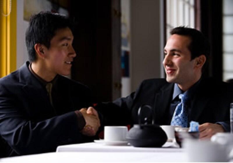 Recurre a tu red de contactos para encontrar un trabajo tras un descanso laboral. (Foto: Júpiter Images)