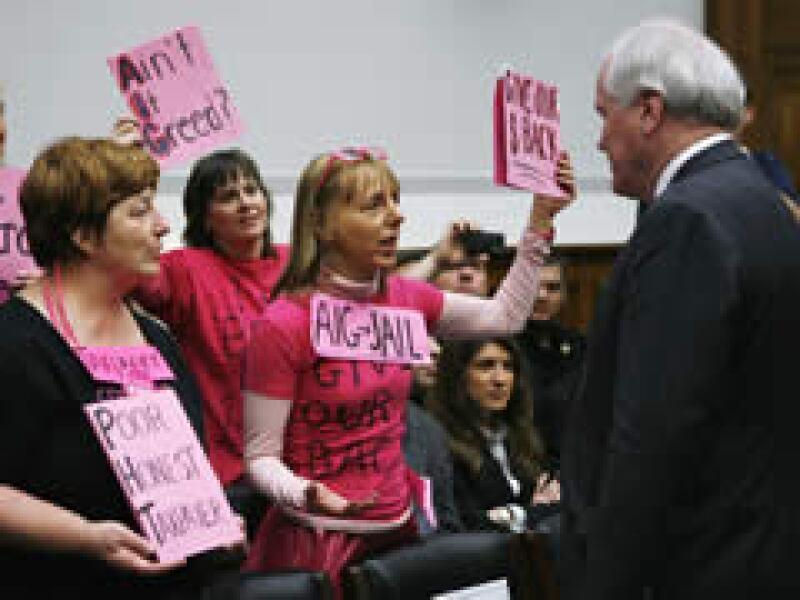 Liddy fue increpado por manifestantes que vestían ropas de color rosa brillante y portaban pancartas. (Foto: Reuters)