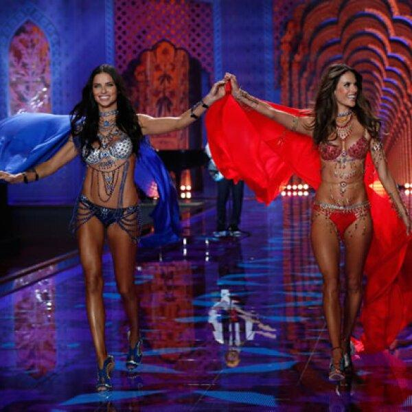 Adriana Lima y Alessandra Ambrosio fueron las encargadas de llevar los bras millonarios este año.