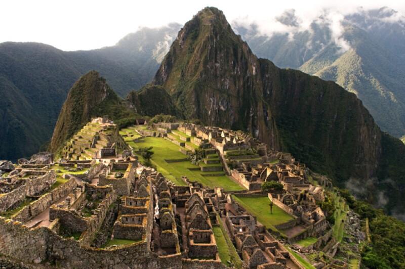 Oliver Paps, de 51 años, pidió a otro turista que lo fotografiara mientras saltaba teniendo de fondo la espectacular ciudad Inca.