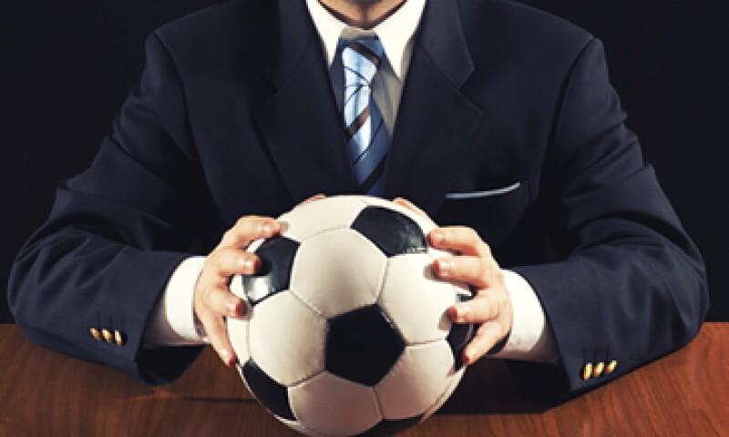 Tras 14 años de carrera futbolística, Jorge Valdano, escribió el libro 'Los once poderes del líder', en el que da sus mejores consejos de liderazgo. (Foto: Getty Images)