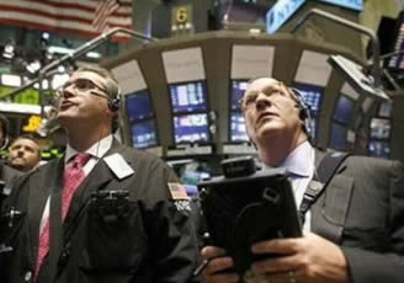 Los mercados accionarios de EU operan al alza a media jornada. (Foto: Reuters)