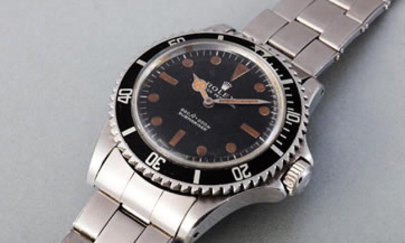 El reloj fue utilizado en la película Vive y deja morir para crear un campo magnético que desvíaba las balas que los enemigos disparaban contra Bond (Foto: AFP/Archivo )
