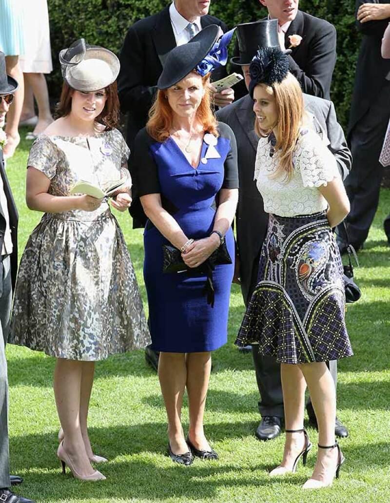 Beatrice con su madre, Sarah Ferguson, y su hermana Eugenia.