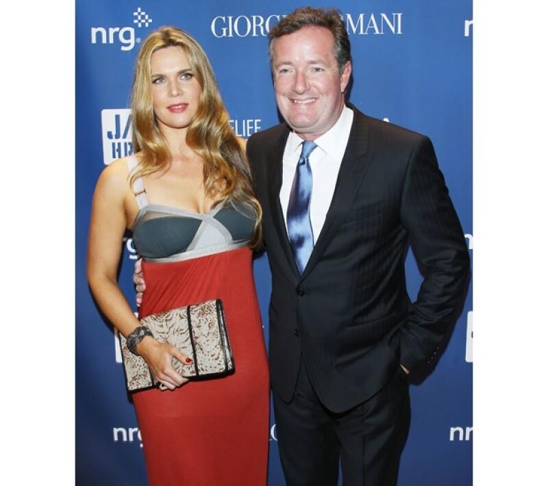 El periodista Piers Morgan y su esposa a la entrada de la gala de beneficencia.