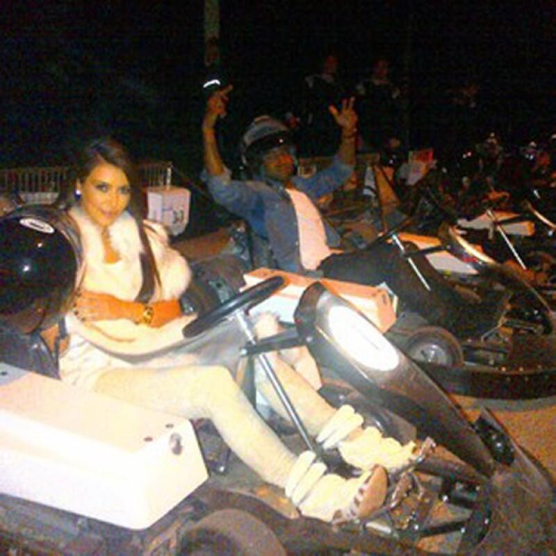 En esta foto están Kanye y Kim divirtiéndose en los Go Karts durante el París Fashion Week, el año pasado.